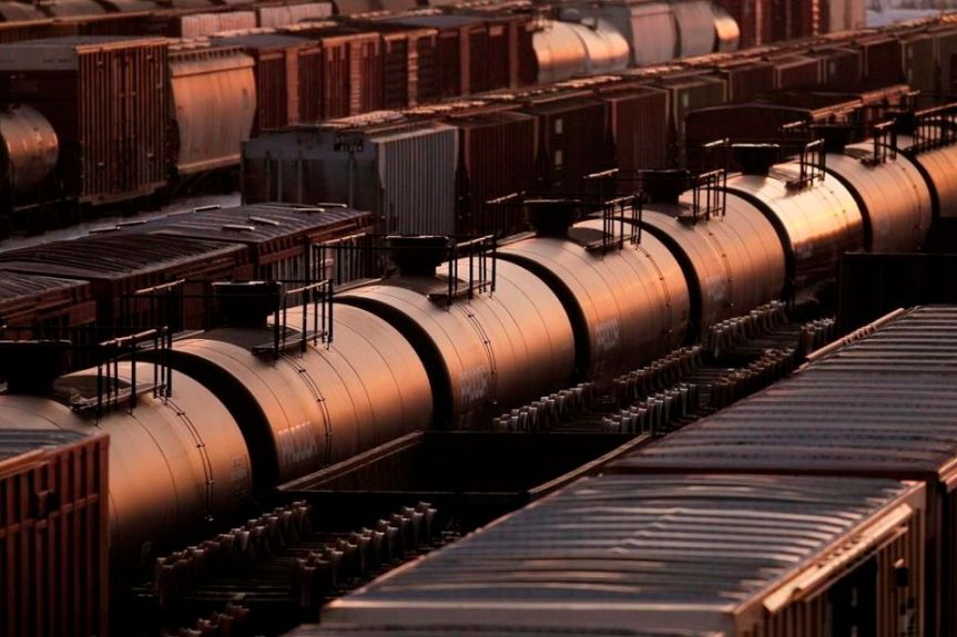 As debate rages over cross-border pipelines, U.S. analysts brace for more oil byrail